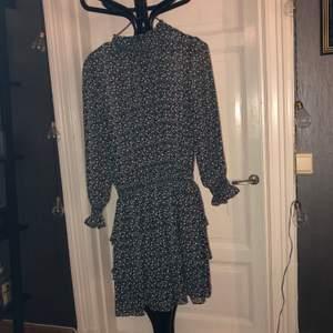 Snygg klänning med meshovantill men inte så mycket, fluffig kjol