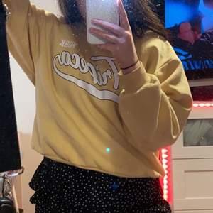Superfin gul sweatshirt från Gina Säljer då den inte kommit till användning Köpt i somras och bara använd ett fåtal ggr sen dess så den är i nyskick Storlek S Frakt tillkommer på 66kr  Tveka inte att skriva vid frågor eller för fler bilder 💗