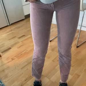 Snygga rosa Manchester jeans från American Eagle! De är i storlek 2 vilket jag skulle säga motsvarar 36/38, men passar även mindre beroende på önskad passform. Jag är 183cm så de skulle vara hellånga på kortare. Skriv bud privat☺️