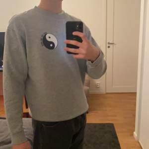 Grå sweatshirt från lager 157 med tryck på bröste, skick 10/10🙌🏼