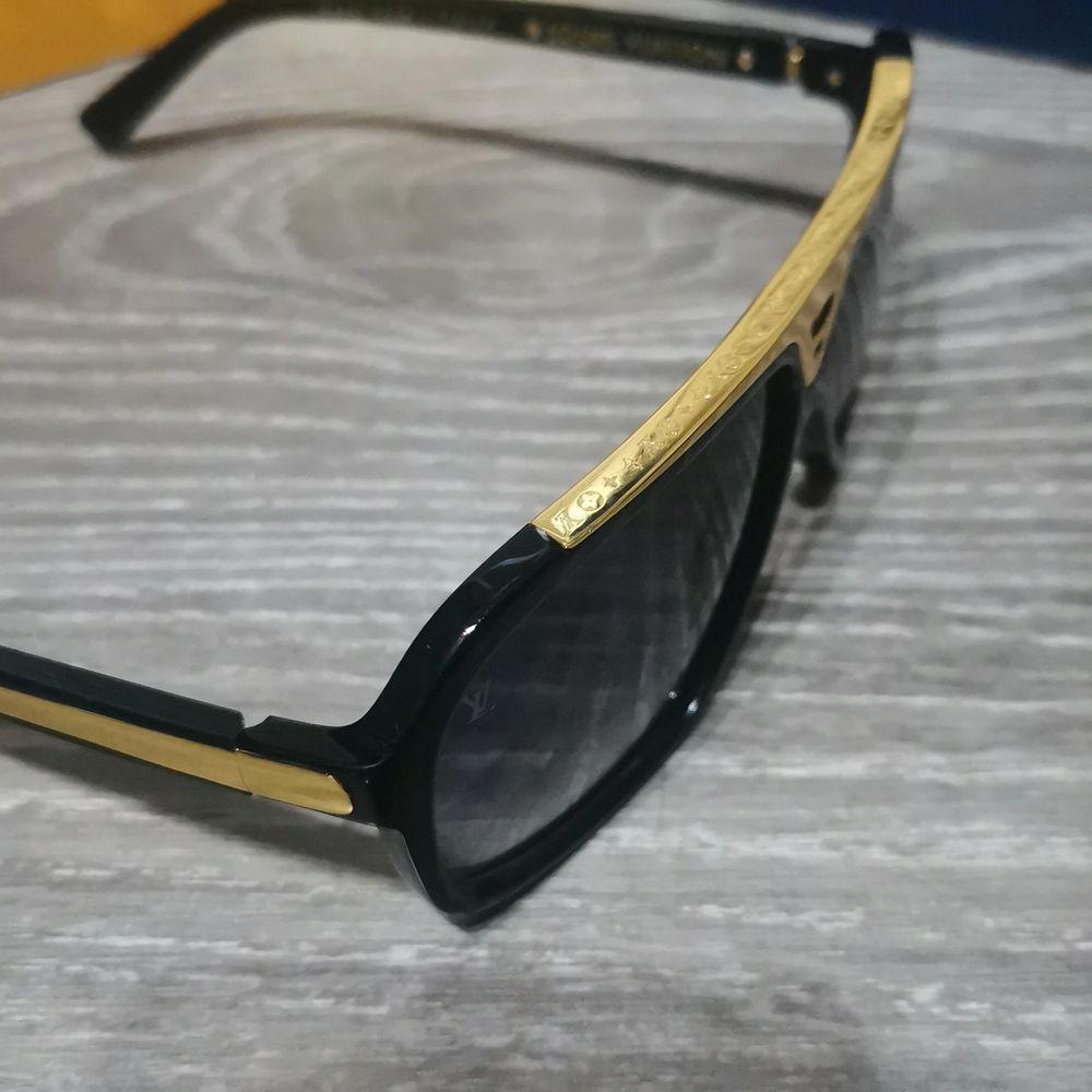 LV solglasögon med LV påse, fodral och certifikat medföljer! Endast prövade och inte använda. Passar både kvinna och man 💜 skickar med spårbar om man vill ha dom postade! . Accessoarer.