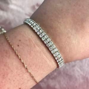 Så snyggt elastiskt armband med glitterstenar ✨💎 Passar alla, och i nyskick 💕 Verkligen glam Y2K Bratz vibes!!