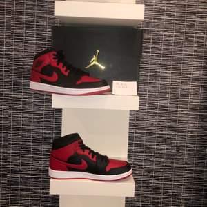 Säljer Jordan 1 Mid Banned Mid 2020 i storlek 45. Skorna är helt nya och självklart äkta. Mitt pris: 1450sek + frakt. Eventuellt meetup i Lindesberg med omnejd.