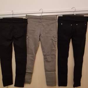 Svarta byxor längst till höger: Stl 146 från lindex          Mitten byxorna: Stl 146 från H&M.                                            Svarta byxor längst till vänster: Stl 146 från H&M.         Styck pris 100kr, Alla för 250 kr