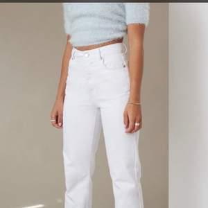 Vita utsvängda byxor som är använd väldigt få gånger och är i topp skick 🌟 passar dig som är rund 164cm 📦Köparen står för frakt (57kr, spårbart)💕