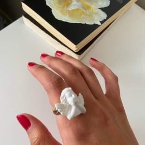Guldfärgad ring med en ängel på i storlek onesize. Priset är inklusive frakt!
