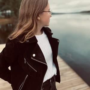 Säljer min svarta mocka jacka i riktig mocka som är perfekt till kalla höstdagar❤️Har inga defekter, skriv för fler bilder eller frågor ❤️❤️❤️