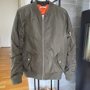 Militärgrön bomberjacka i storlek 34 från Gina Tricot, rymlig i storleken. Otvättad på bilderna, men görs givetvis innan den säljs! Fint begagnat skick.