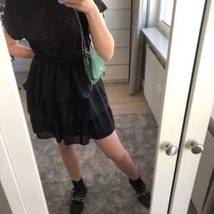 Svart volangklänning från Gina tror jag! Sitter as snyggt på men använder inte längre💕Storlek S men passar M också