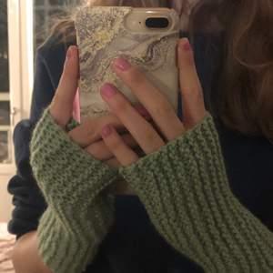 Handgjorda handledsvärmare stickade av mig! Finns i färgerna: grå, vit, lila, grön och rosa! 100 kr/par. Stickar efter din storlek!