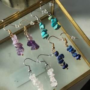 Egengjorda silver och guldfärgade örhängen med fina ädelstenar! Rosenkvarts, Jade, Ametist och Lapis lazuli är stenarna på bilden. Skriv privat om du vill veta stenarnas egenskaper🌟 Jag kan även göra örhängen ut efter hur du vill ha dem! 49kr/st eller två för 80kr