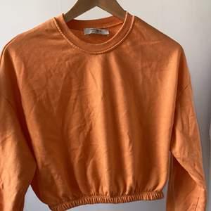 orange tröja från pull and bear i storlek S