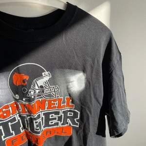 Croppad T-shirt med tryck köpt på Beyond retro för 350kr står XS i tröjan, jag är en S pris kan diskuteras