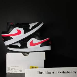 Säljer dessa snygga Jordan 1 low siren red. Dessa skor är aldrig använt och är helt äkta, kvitto kan visas. Storlek på skorna är 40. Priset på dessa snygga skor är 1200 + frakt eller meet up i Örebro/Lindesberg. Har du nån fråga så är det bara att ställa.