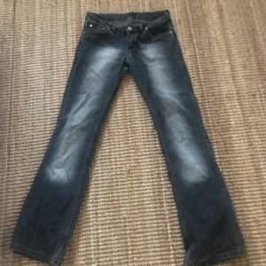 As snygga lågmidjade jeans!! Säljer för att de är lite för små på mig. Jag är 174 och de passar perfekt i längd.