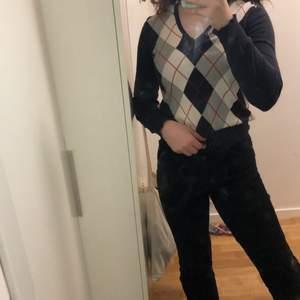 Assnygg trendig vintage argyle tröja som inte kommer till användning längre!!🤩  Står ingen storlek på tröjan, men den passar mig som har S och är 170. Säljer en till liknande fast i vit och svart på min sida om man skulle vara intresserad🤍😍 Om många intresserade blir det budgivning!!