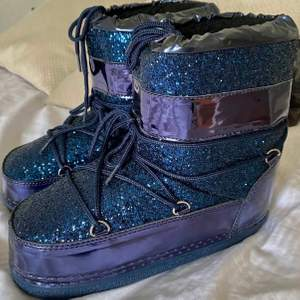 Säljer dessa asballa blåa boots. Säljer då de är stora på mig. Från märket Ella Cruz och är aldrig använda🥰