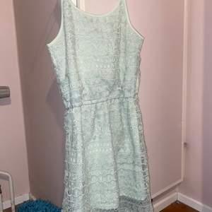 Säljer en mintgrön spetsklänning i storlek 36/38. I fint skick men finns en litet hål i spetsen (Se bifogad bild)