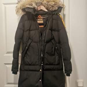 Säljer min fina Parajumper jacka som är otroligt varm och har världens mysigaste luva ❣️ Nypris 10 390kr. Givetvis äkta!!