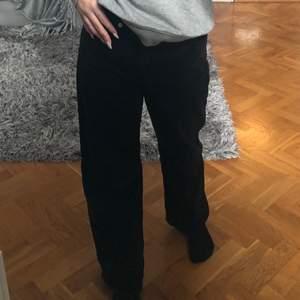 Wide leg svarta junkyard jeans, snygg tvätt, passar på mig som är 165 cm, hör av er om ni har några frågor💘🌸🦋