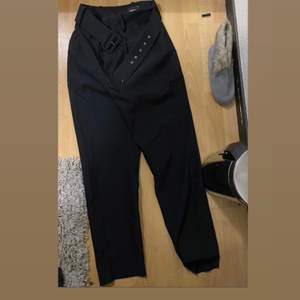 Kostym byxor från Gina tricot. Storlek 34 men passar även en 36:a. De är lite pösiga nertill men tajta vid röven & midjan. Tillkommer även bälte. Säljs pågrund av att dem inte kommer till användning.