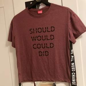 Vinröd aktig t-shirt i storleken 38. Nästintill aldrig använd. Kan skickas