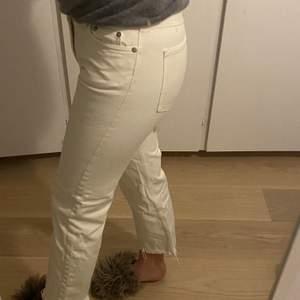 Vita lågmidjade jeans från Arket. Köptes för 600kr.        100kr+frakt. Bra skick!!