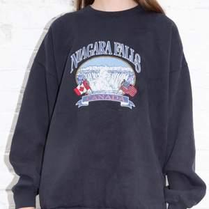 Jättecool tröja från Brandy melville! Rikligt använd men det syns knappt. Skriv för egna bilder, nypris 480kr💕🙌🏻🌟 Budgivning från 250, köp nu för 300+