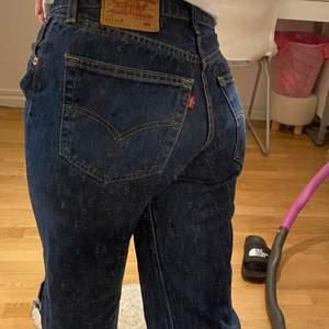 Levis jeans i en mörkblå retro färg i Storlek W31 L32, as snygga!❣️ Buda i kommentarerna!❤️