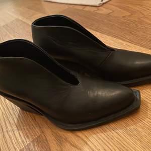 Ett par i princip oanvända Bald skor! Fantastiskt fina, men för stora för mig. Äkta skinn och super fint skick! Öppna ovanpå foten vilket gör den lite festligare än ett par vanliga boots. En låg klack på 5 cm. Inköpspris 2500 kr. True to size.