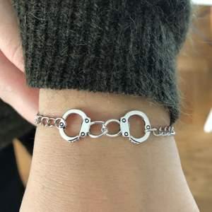 Super coolt armband med handbojor. 75kr (frakten är inkluderad i priset. Hör av er vid funderingar eller intresse💓💓⚡️