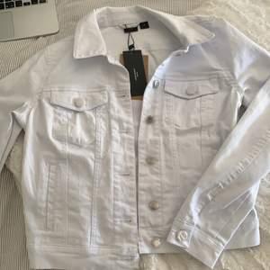Super fin vit jeansjacka från Vero Moda perfekt till sommaren. Köpt förra sommaren men aldrig använd då den är lite tight. I väldigt bra skick. Frakt ingår i priset.