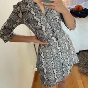 Jättefin klänning som sitter perfekt på kroppen i orm mönstrat tyg. Från zara använd en gång. 3 för 2 på att jag säljer🥰