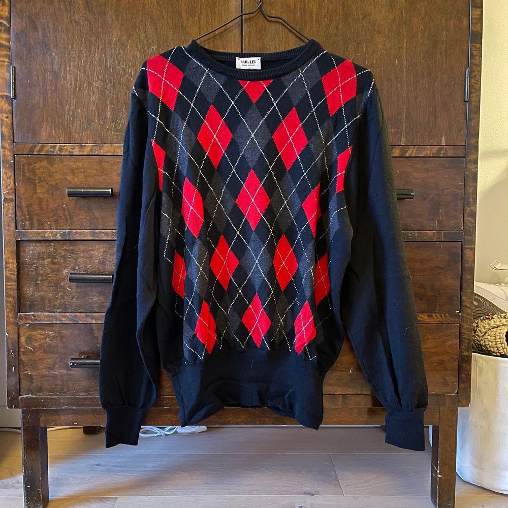 Jättesnygg tröja i argyle mönster storlek M köpt secondhand ❣️ visas på en medium, pris kan diskuteras🥰. Toppar.