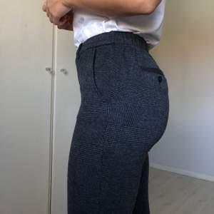 Mjuka mönstrade byxor från Esprit. Stl 34 (passar även 36). Lite som leggings, mid-rise, resår i midjan. Väldigt sköna! Fakefickor. 56% polyester, 27% bomull, 15% viskos, 2% elastan.
