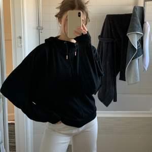 Säljer denna mysiga svarta hoodien från superdry studio i fint skick eftersom jag inte använder den längre 🖤 Stora armar som bidrar till hög mysfaktor! Guldiga detaljer vid snörena. Är strl XS men passar mig som brukar ha S/M. Frakt tillkommer! ✨