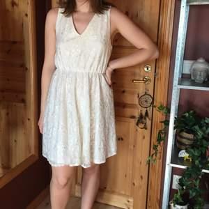 Vit spetsklänning med öppen rygg från Jeane Blush, som bara är använd 2 ggr! Perfekt till studenten eller sommaren!
