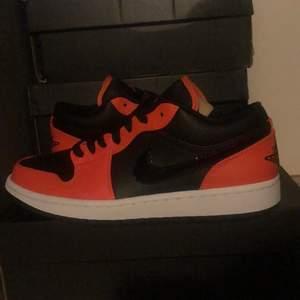 Ett par helt nya Jordan 1 lows i färgen turf orange🧡. (Äkta såklart) storlek 40,5