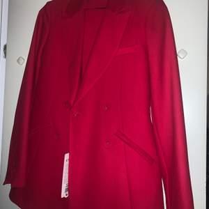 Jag säljer då en röd kostym som aldrig har kommit till användning, du får även med kostymbyxor och bälte när du köper den! Jag köpte den för 1350kr men den passade inte mig. Jag kan stå för frakt om priset går över 900!