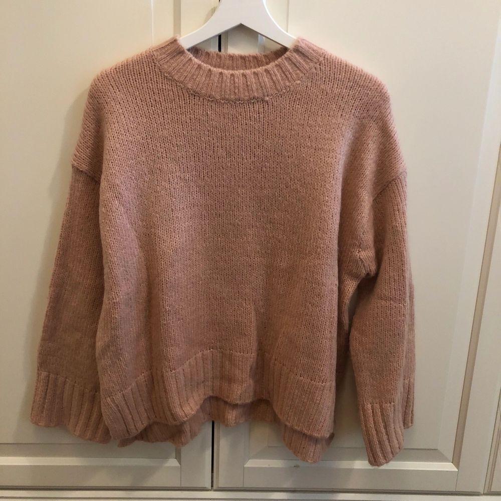 Oanvänd stickad rosa tröja från Ginatricot i storleken S, säljer då jag inte är så förtjust i färgen. Sticks inte överhuvudtaget, jätteskön!. Stickat.