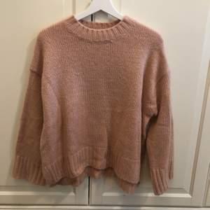 Oanvänd stickad rosa tröja från Ginatricot i storleken S, säljer då jag inte är så förtjust i färgen. Sticks inte överhuvudtaget, jätteskön!