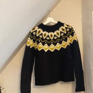 gullig stickad tröja från monki! använd men i fint skick. Svart med vita och gula mönster.
