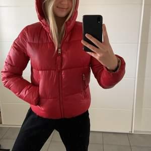 En röd pufferjacka från Bershka. Säljer eftersom den är för liten för mig. Den är i storlek M men sitter mer som en S🥰🥰
