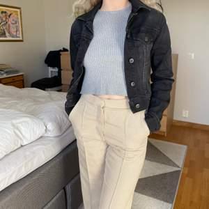 Jag säljer min superfräsha jeansjacka från crocker! Jag är 160 cm men ganska kort överkropp, jeansmaterialet är stretchigt!!💓☺️ Köparen står för frakt💘