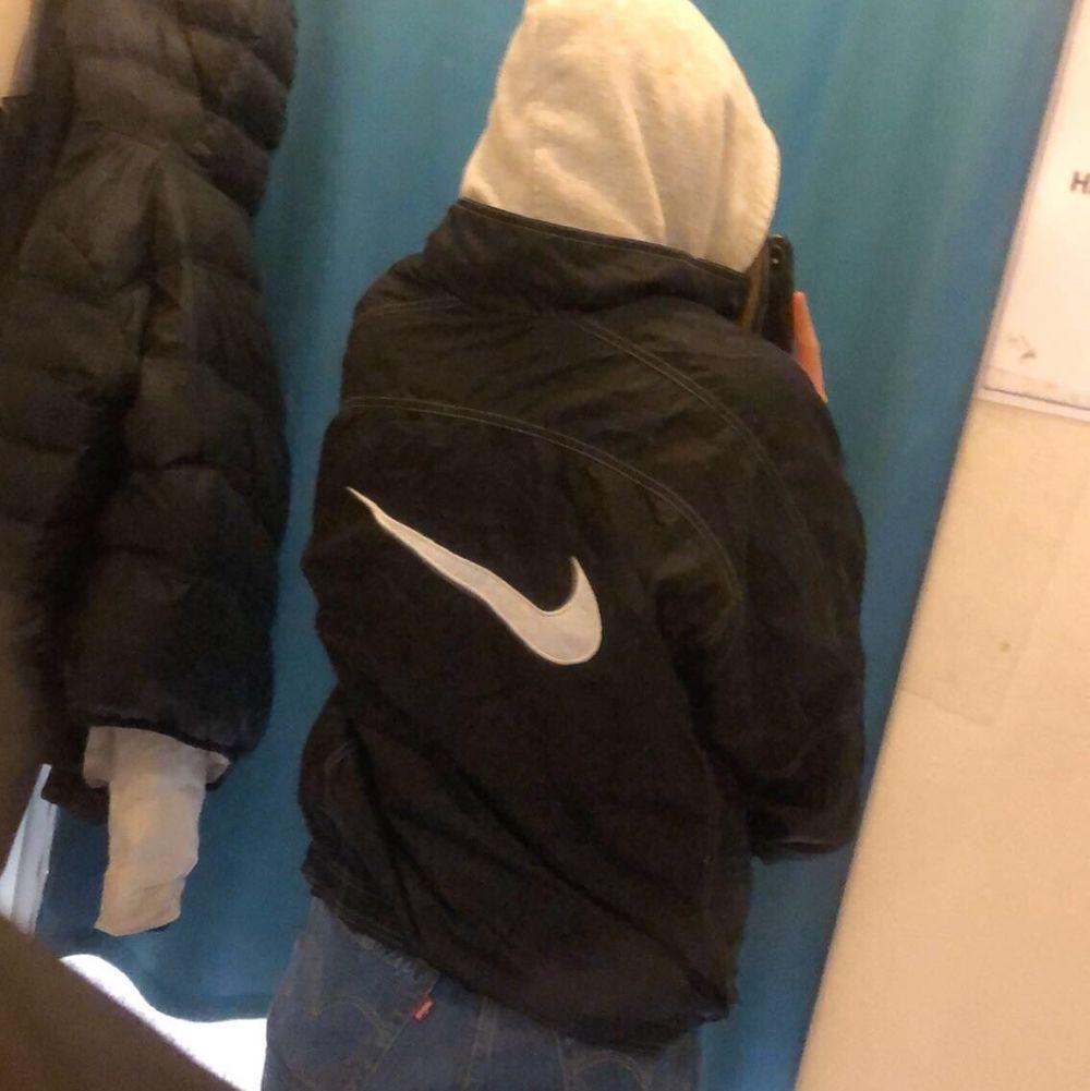 Väldigt snygg Nike jacka i storlek M. Fint skick. Köpare står för frakt. . Jackor.