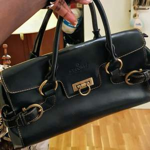Säljer min åkt leather fest handväska som är I mycket bra skick och passar till allt. DEN ÄR KÖPTE I PARIS och användade 2 dager för video shoot.Fiinns fler bilder och bud I kommenterna. NY pris 2699