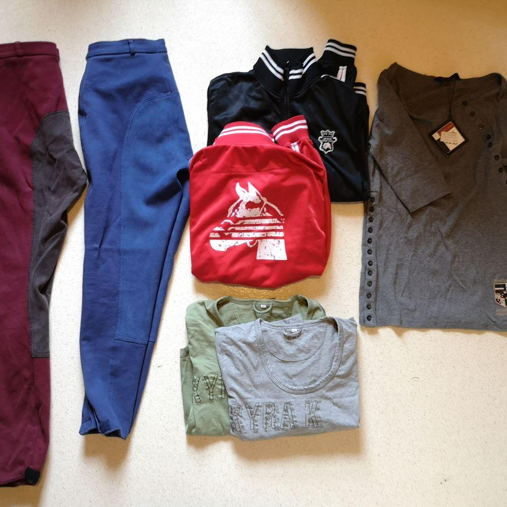 Säljer ridkläder i fint skick i form av västar, ridbyxor, tjocktröjor, långtröjor i olika storlekar.  Ridbyxa vinröd stl 46, Klarblå byxa stl 44, Väst röd och blå stl 160 (SÅLD), Väst grön från Pikeur står ingen stl men gissar L/XL (SÅLD), Väst svart/beige stl S/M (SÅLD), Tjocktröjor med blixtlås i svart (SÅLD) o rött stl XL, Tjocktröja röd GHS stl S, Långtröjor Kyra Kyrklund grå stl M och grön stl XL, Trekvartsärmad tröja från Kingsland stl L, Tjock långärmad jacka från ELT stl XL.                           Återkom om ni vill se fler bilder ! Kom med bud på vad som önskas 😊. Övrigt.