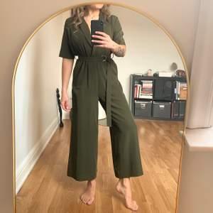 Khakigrön jumpsuit från Weekday i storlek 38. Använd en gång. Väldigt skönt följsamt material och faller smickrande på kroppen. Köparen står för frakt som tillkommer 💌