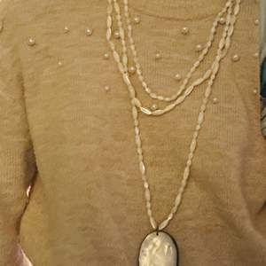 Säljer ett superfint halsband som är äkta pärlemor från Desert Design! Aldrig använd, helt ny! Har en liknande annons så gå gärna in och kolla om ni är intresserade:) Nypris: 895 kr mitt pris: 300 kr, hör av er vid frågor och liknanden! 💞 köparen står för frakt