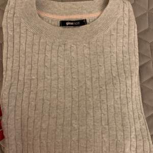 Kabelstickad tröja från Gina Tricot